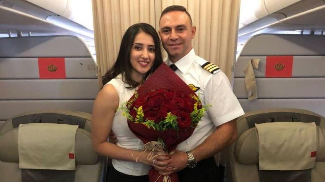 طيار الملكية الأردنية وخطيبته في الطائرة
