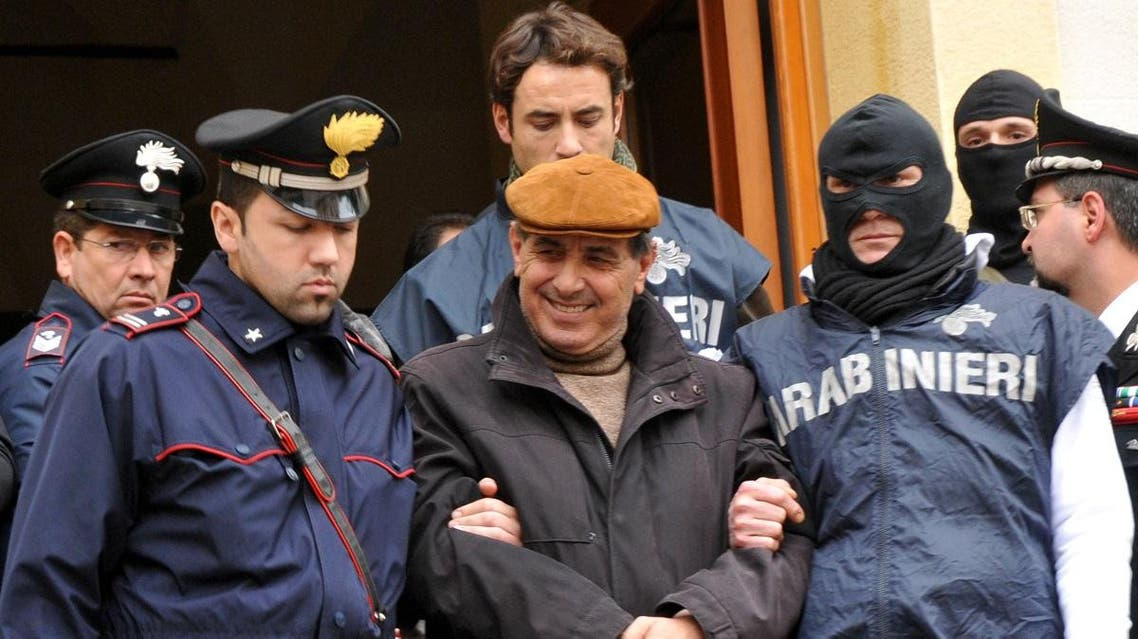 Italian Carabinieri paramilitary police officers escort a man identified as Giuseppe Scaduto, center, Tuesday, Dec. 16, 2008, one of the 100 suspected mobsters arrested in Palermo and in other Sicilian cities, Italy. (File photo: AP)