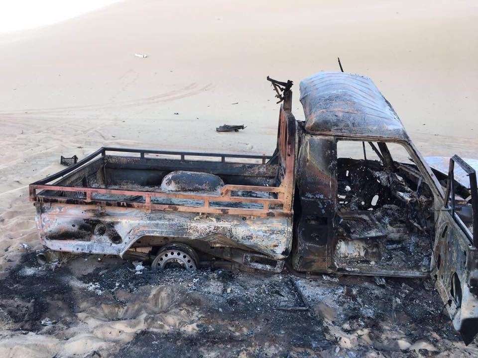 عربة مدمرة من جراء هجمات للجيش على إرهابيين في الواحات