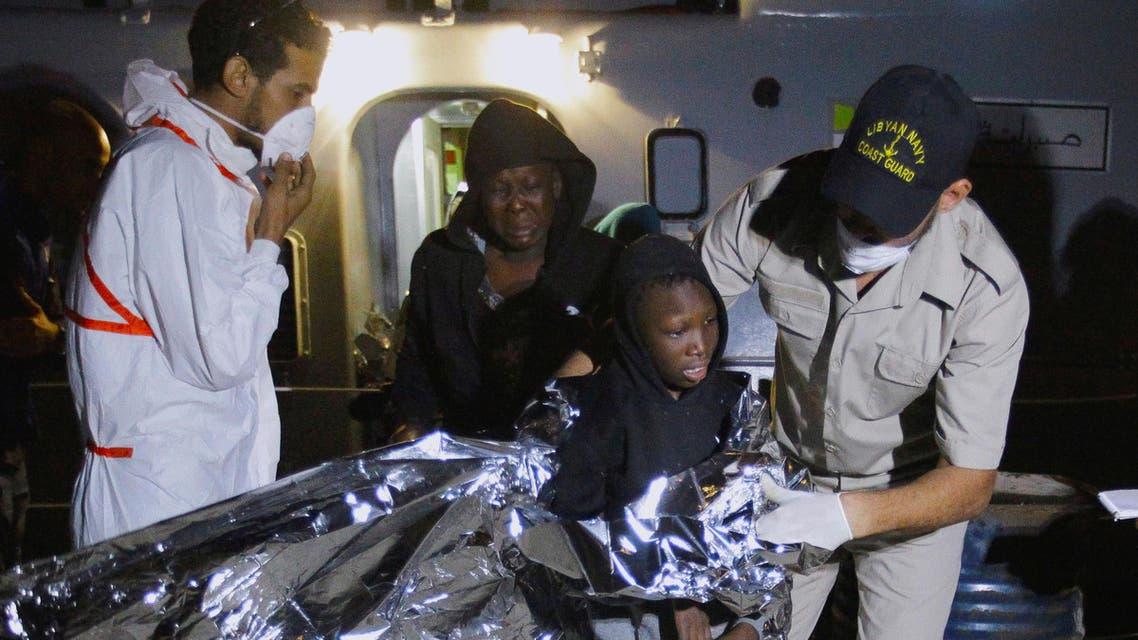 مهاجرون يصلون إلى قاعدة بحرية في طرابلس بليبيا بعد أن اعترضهم خفر السواحل الليبي