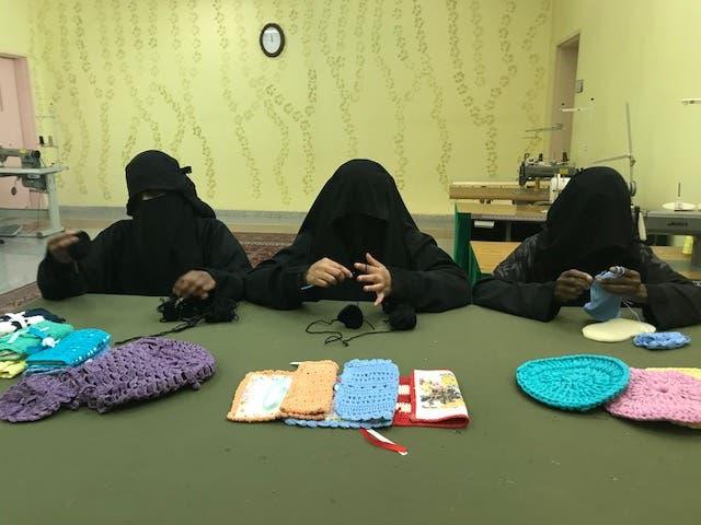 تشارك مريم في تدريب زميلاتها على حرفة الكروشيه