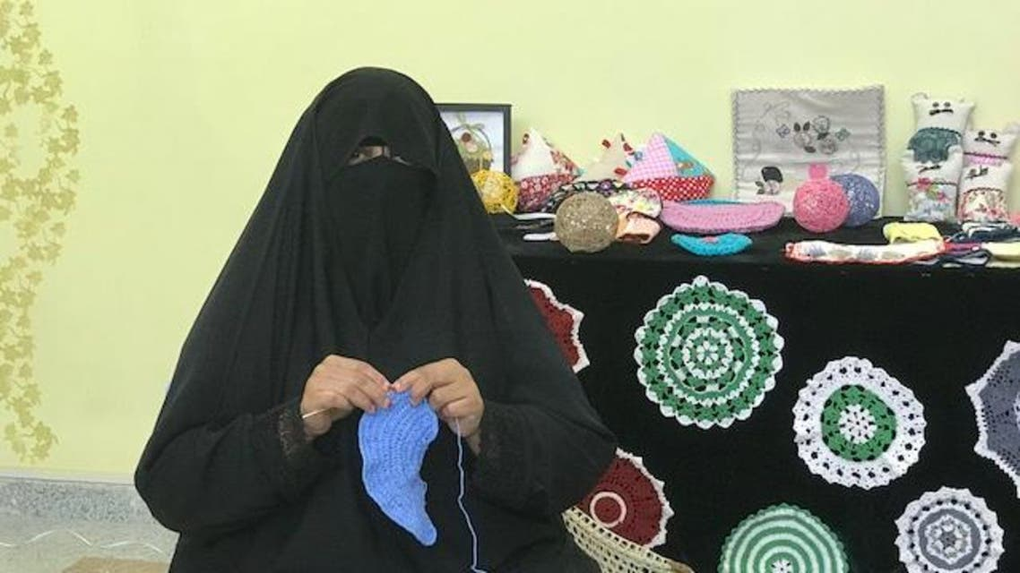 مريم عبدالله أثناء حياكة قطعة الكروشيه