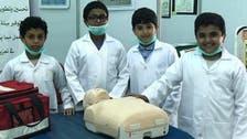 شاهد.. كيف ينقذ معلم وأطفال سعوديون المصابين؟