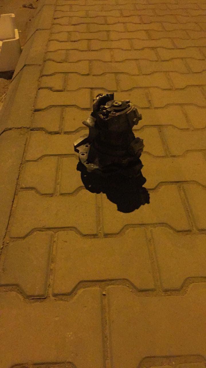 بقايا من الصاروخ الذي اعترضته السعودية السبت وكان يستهدف مطار الرياض