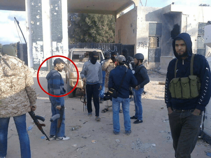 الإمام أمام مقر كتيبة 17 فبراير في بنغازي