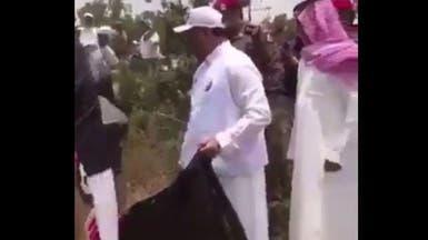 شاهد نائب أمير عسير الراحل وهو ينظف المتنزه بنفسه