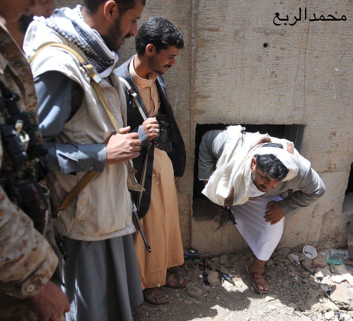 صورة نشرها ناشطون يمنيون لمحمد الحوثي وهو يخرج من مخبئه في صنعاء