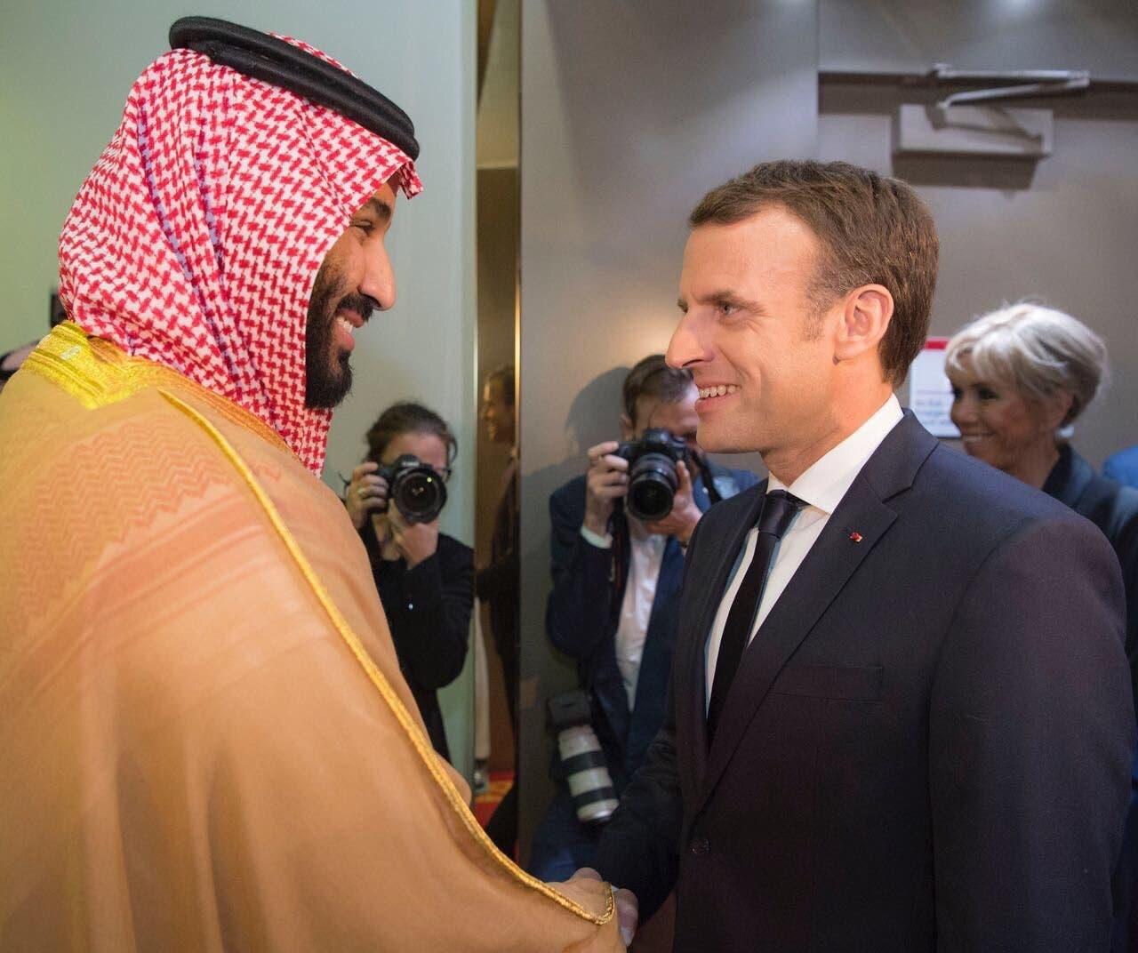 الأمير محمد بن سلمان كان في استقبال الرئيس ماكرون بالمطار