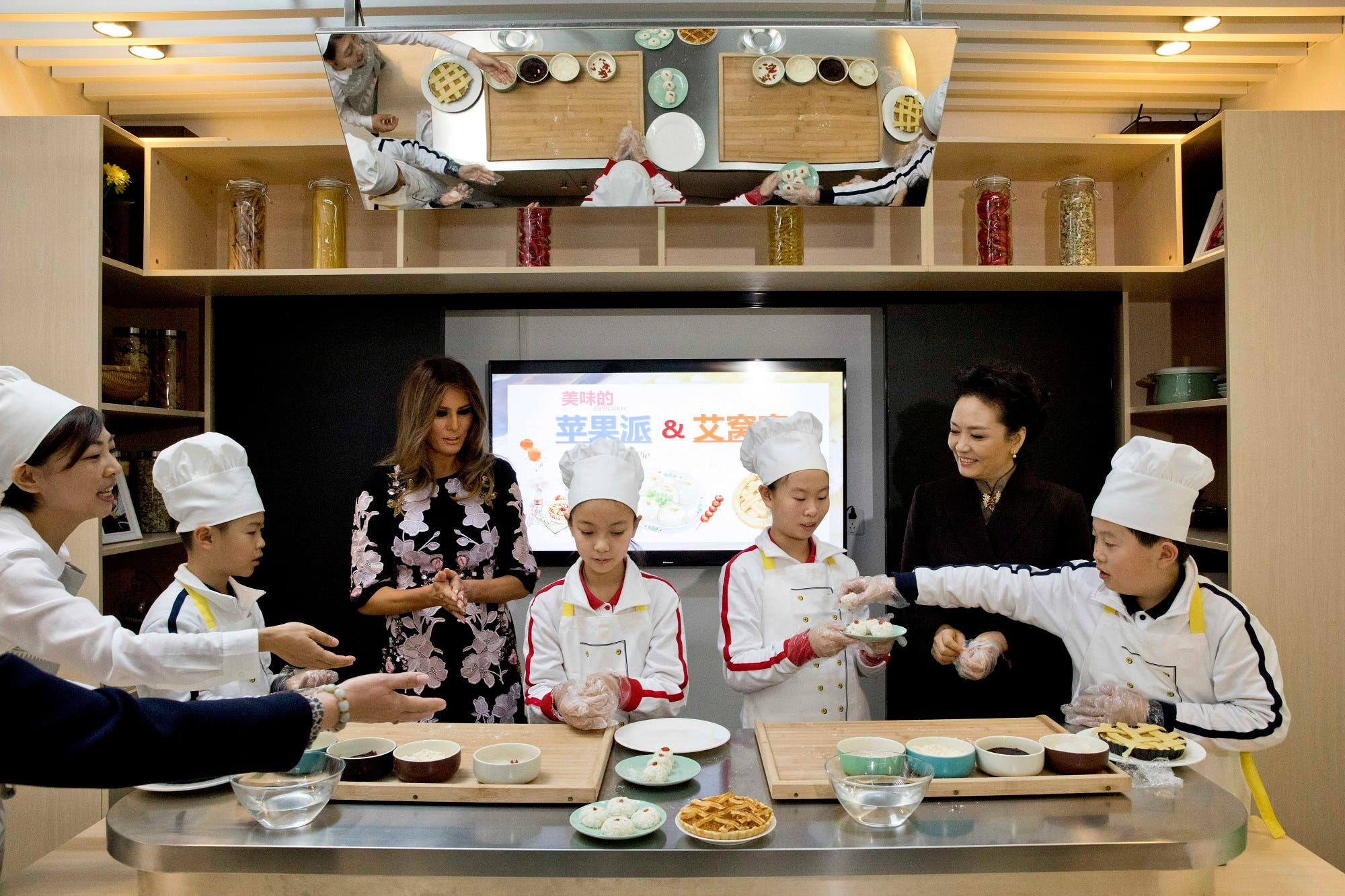 US First Lady Melania Trump and China's First Lady Peng Liyuan (2nd R) take part in a cooking class in Beijing on November 9, 2017. (AFP)