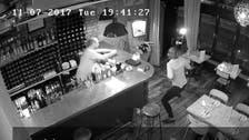 وڈیو : ریستوران میں خاتون کی دلیری ، لُٹیرا لیپ ٹاپ چھیننے میں ناکام