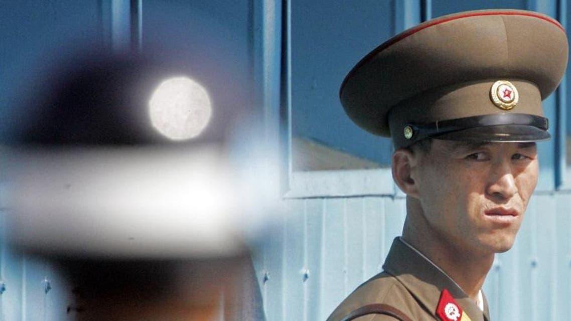 جندي كوري شمالي يحدق في نظيره الجنوبي بالمنطقة الفاصلة بين الدولتين