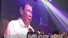 شاهد.. رئيس الفلبين يصدح بأغنية رومانسية بطلب من ترمب