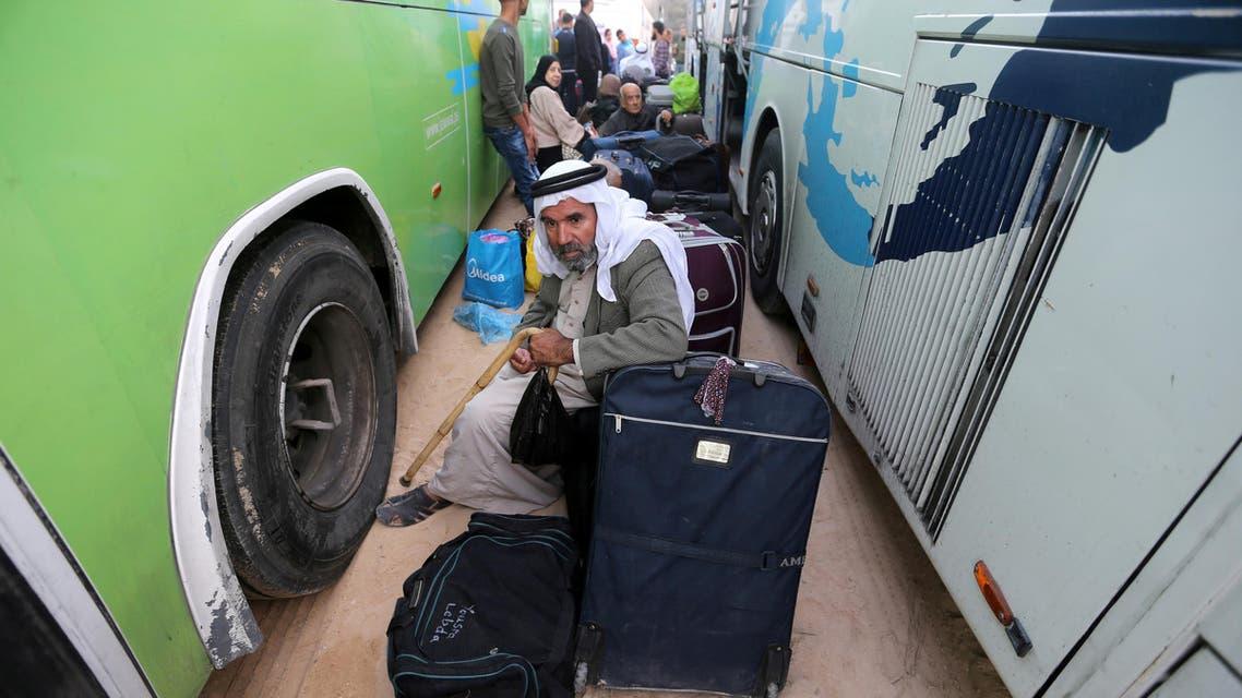 فلسطينيون ينتظرون عبور معبر رفح الحدودي بين قطاع غزة ومصر السبت.