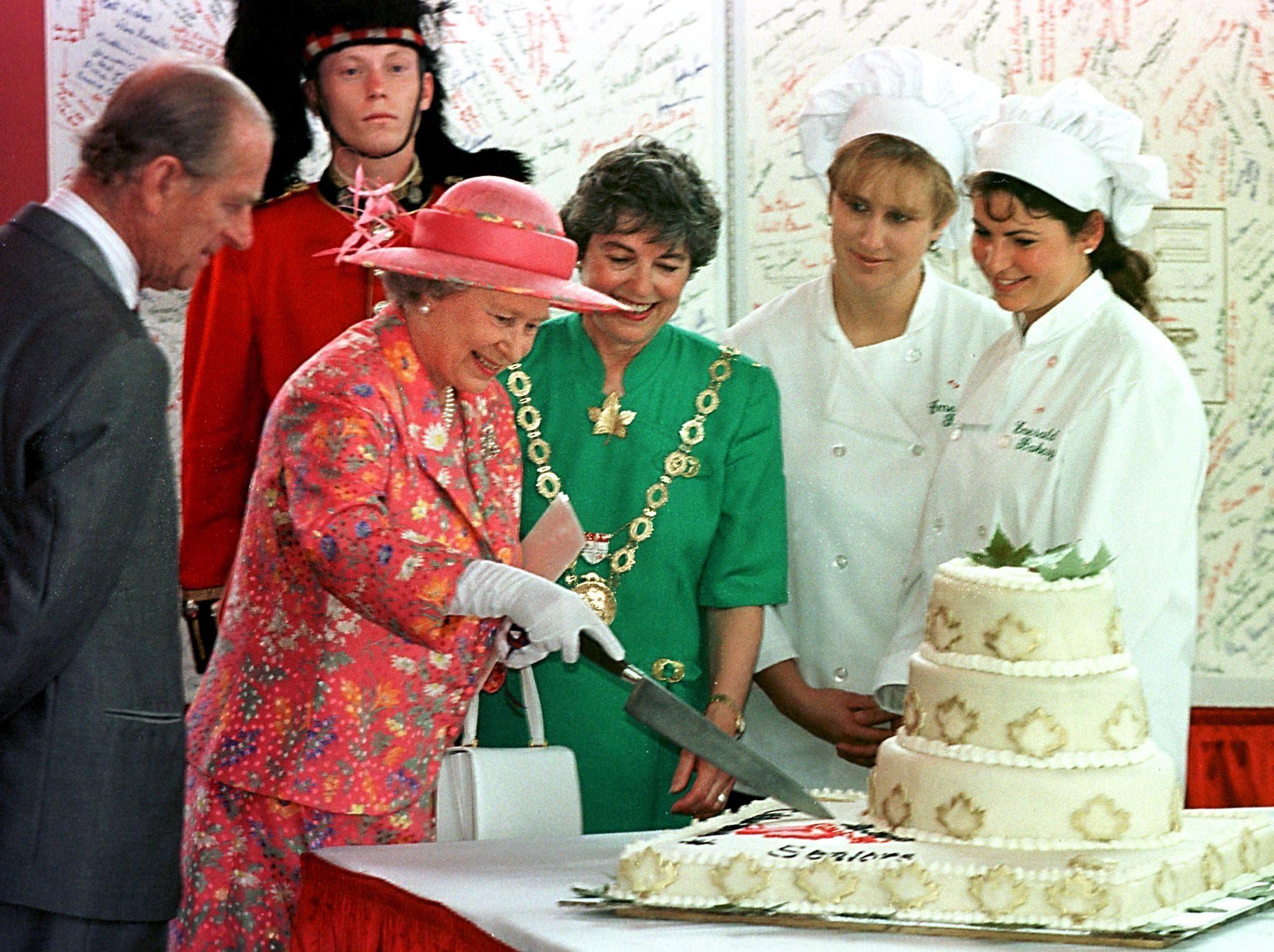 الملكة إليزابيث والأمير فيليب يحتفلان في كندا بعيد زواجهما الـ50 في 1997