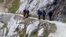 """فيديو.. متسلقون """"همج"""" يلقون حيوانا من قمة جبل"""