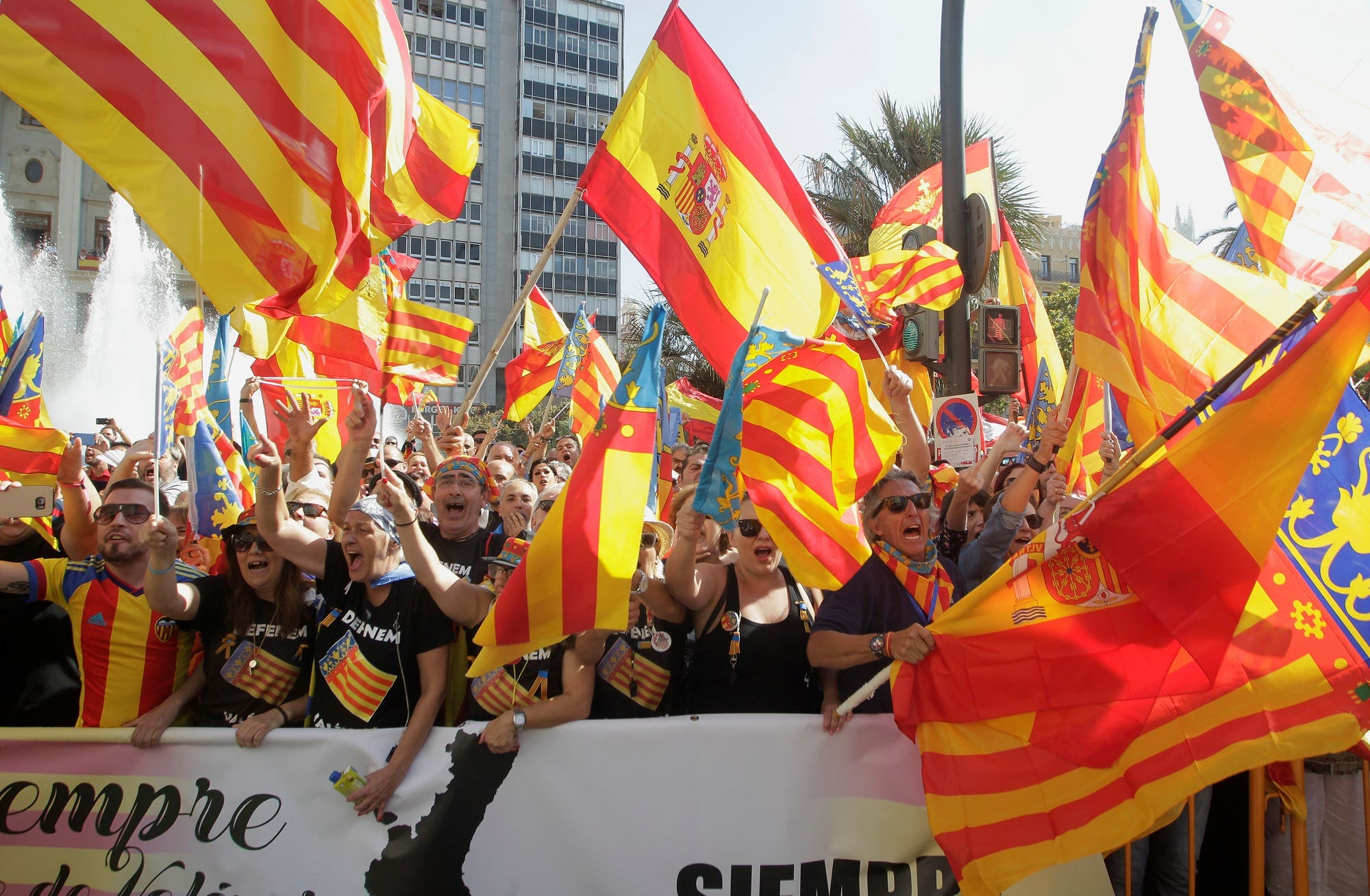Right-wing demonstrators waving Spanish and Valencian flags insult local leftist politicians accusing them to sympathize with the Catalan separatist movement during the festivities of the regional day in Valencia, Spain October 9, 2017. (Reuters)