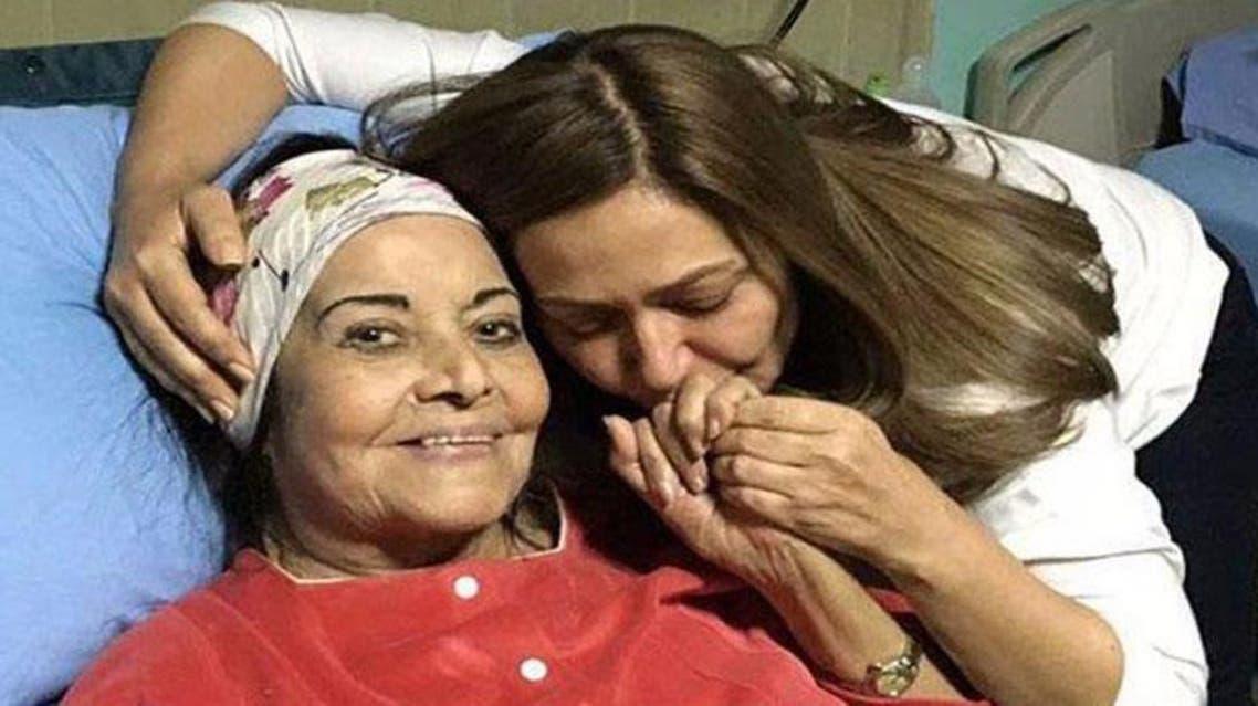 ليلى علوي في زيارة لمديحة يسري بالمستشفى