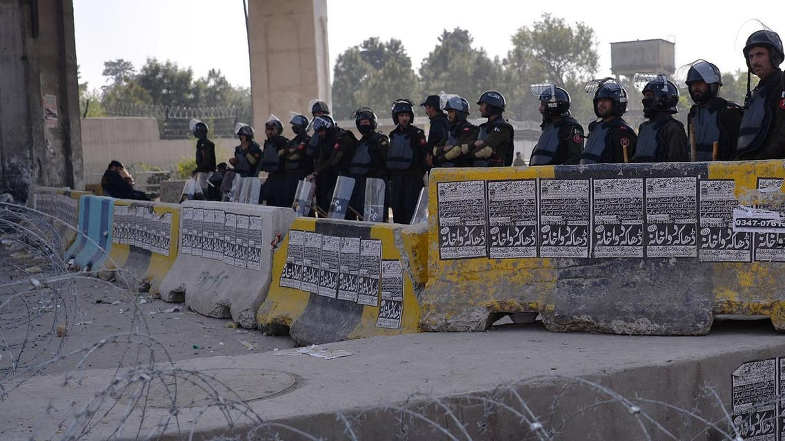 Pakistani police stand guard during a protest by activists from the Tehreek-i-Labaik Yah Rasool Allah Pakistan (TLYRAP) religious group in Islamabad on November 20, 2017. (AFP)