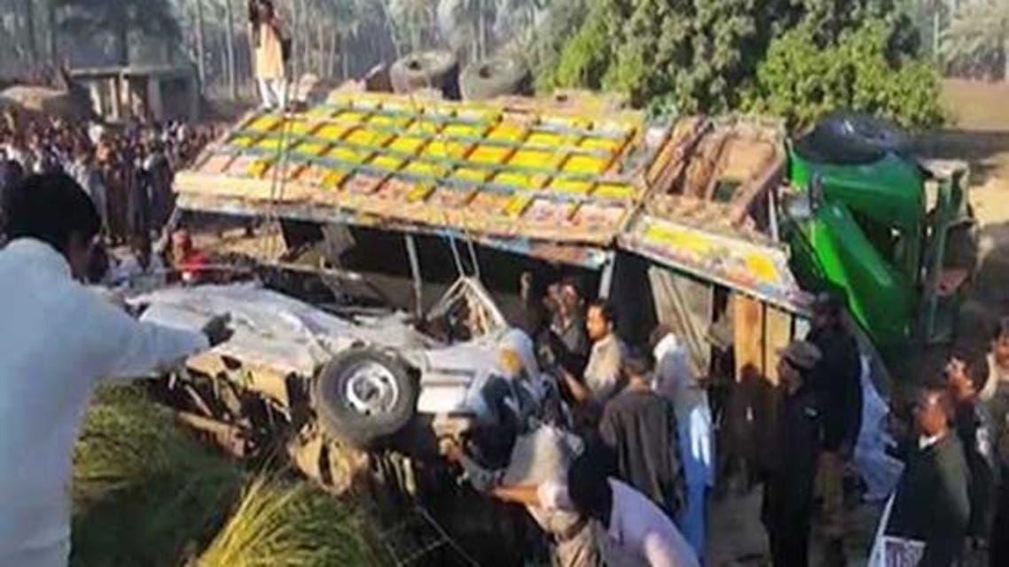 17 قتيلاً بباكستان بعد اصطدام شاحنة بحافلة ركاب