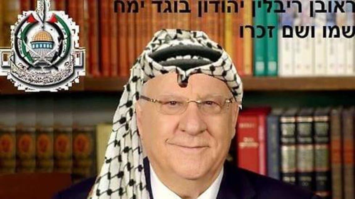 """صورة للرئيس الإسرائيلي """"روبوتين ريفلين"""" وهو يرتدي الكوفية الفلسطينية"""