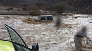 أمطار غزيرة تغرق شوارع ومقرات حكومية في جدة