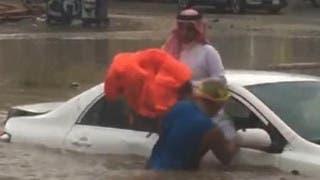 شاهد.. كيف أنقذ فلبيني سعودياً علق في سيول جدة
