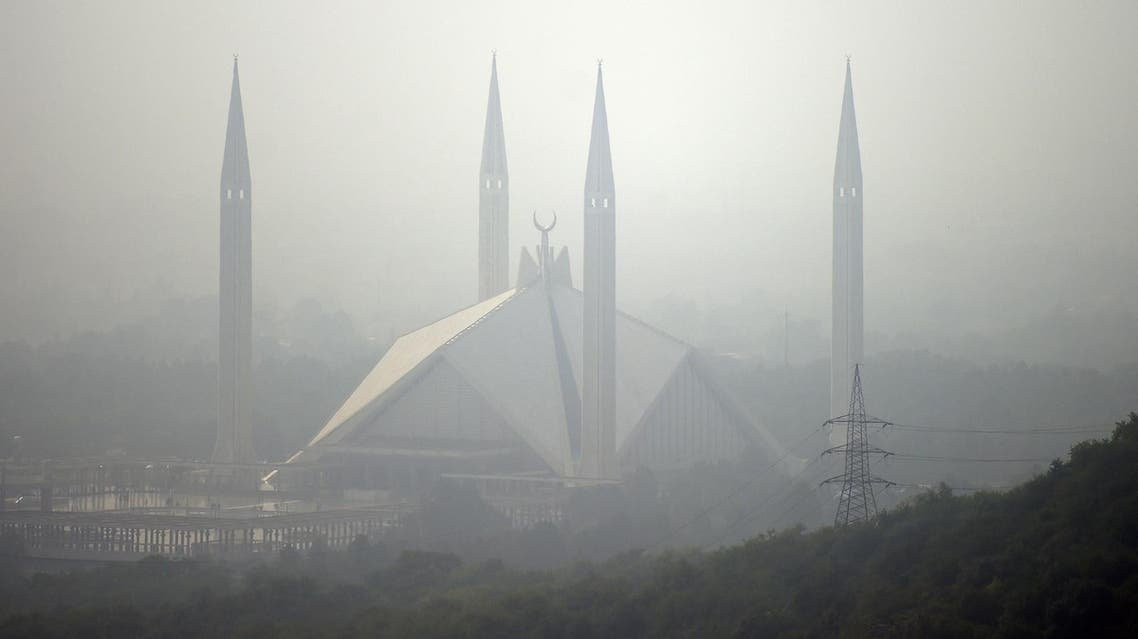 This November 10, 2017 photo shows the grand Faisal Mosque covered in heavy smog in the Pakistan's capital of Islamabad. (AFP)