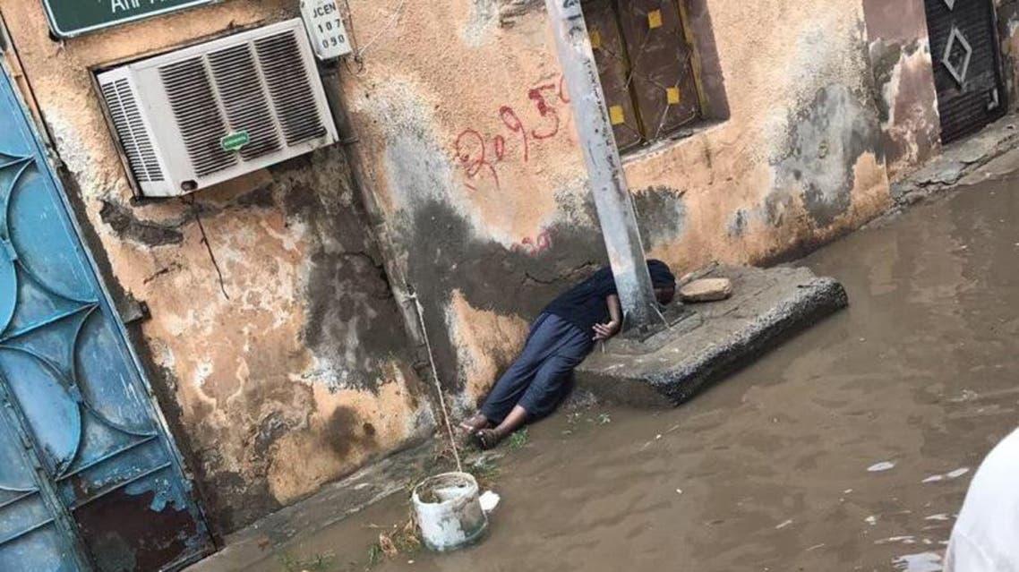 صور مأساوية.. طفل صعقته الكهرباء بعد غرق جدة