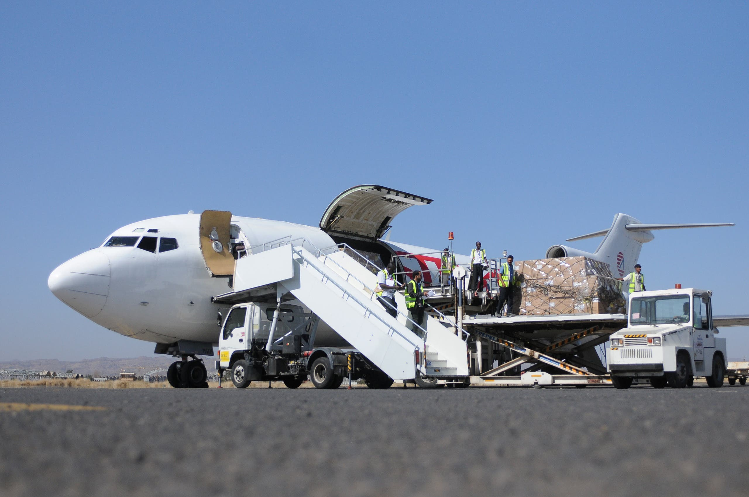 Workers unload aid shipment from a plane at the Sanaa airport, Yemen November 25, 2017. REUTERS/Stringer FOR EDITORIAL USE ONLY. NO RESALES. NO ARCHIVES.