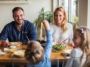ما العلاقة بين إرهاق الأهل ونوعية طعام الأطفال؟