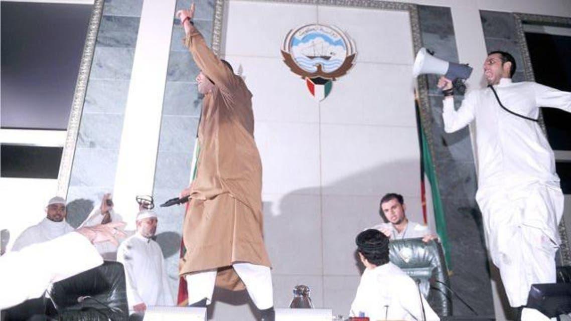 متظاهرون على منصة مجلس الأمة الكويتي