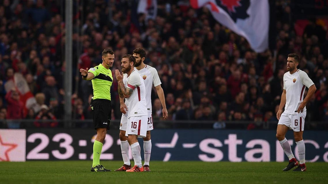 Referee Giacomelli gives red card to AS Roma's midfielder Daniele De Rossi during the Italian Serie A football match Genoa Vs AS Roma on November 26, 2017 at the 'Luigi Ferraris' Stadium in Genoa.  MARCO BERTORELLO / AFP