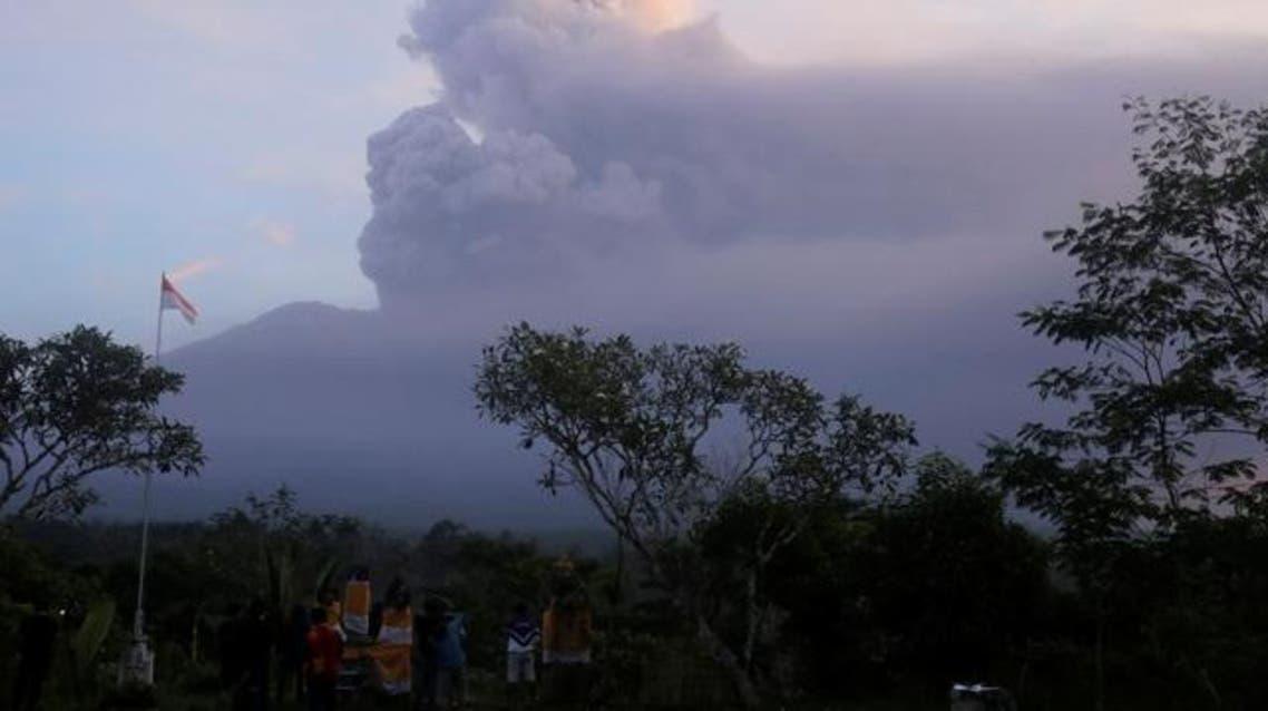 بركان جبل أجونج يقذف رمادا خلال ثورانه في بالي