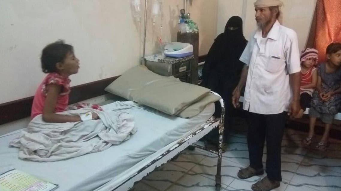 الطفلة ياسمين وأمامها والدها قبل ساعات من وفاتها بالدفتيريا بالحديدة غرب اليمن