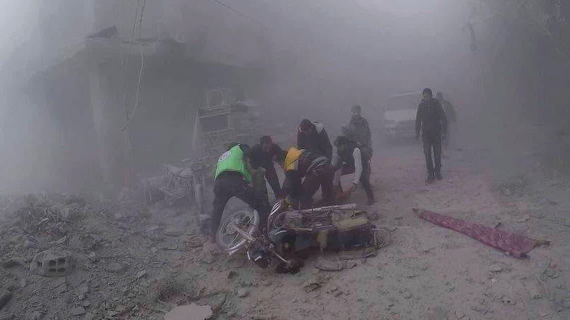 إخلاء جريح بعد قصف للنظام السوري على دوما أكبر مناطق الغوطة في دمشق
