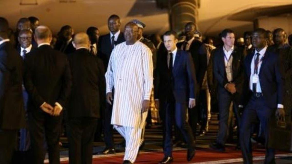 رئيس بوركينا فاسو مستقبلا نظيره الفرنسي لدى وصوله الى واغادوغو