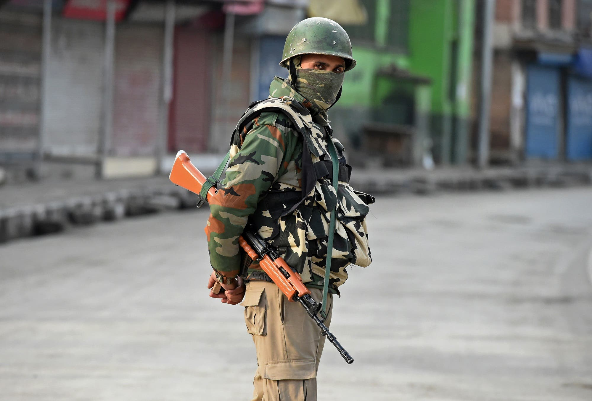 An Indian paramilitary trooper stands guard the day after a gunfight between suspected militants and Indian government forces, in downtown Srinagar on November 19, 2017. (AFP)