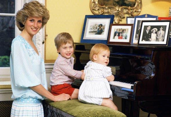 الأميرة ديانا وطفلاها هاري وويليام