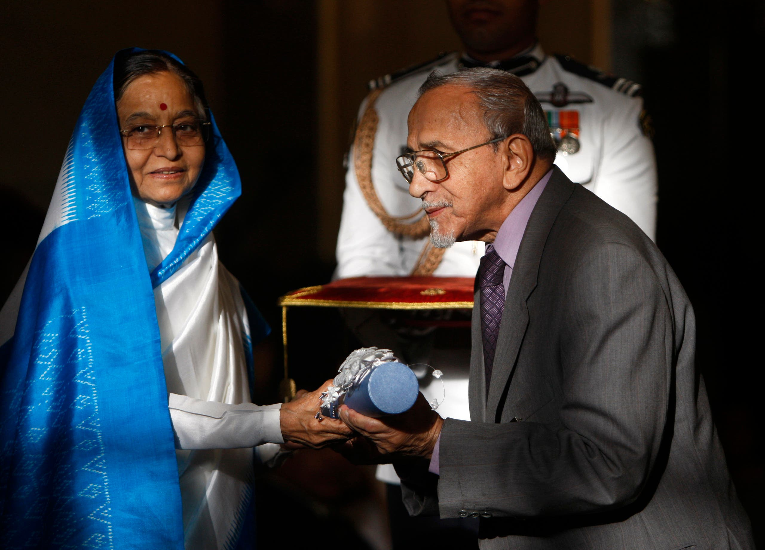 Indian President Pratibha Patil presents the Padma Vibhushan, one of India's highest civilian awards to theater director Ebrahim Hamed Alkazi in New Delhi on March 31, 2010. (AP)