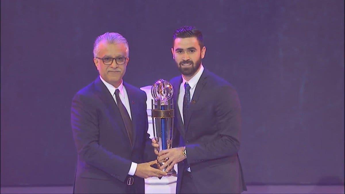عمر خربين مع جائزة أفضل لاعب في آسيا 2017