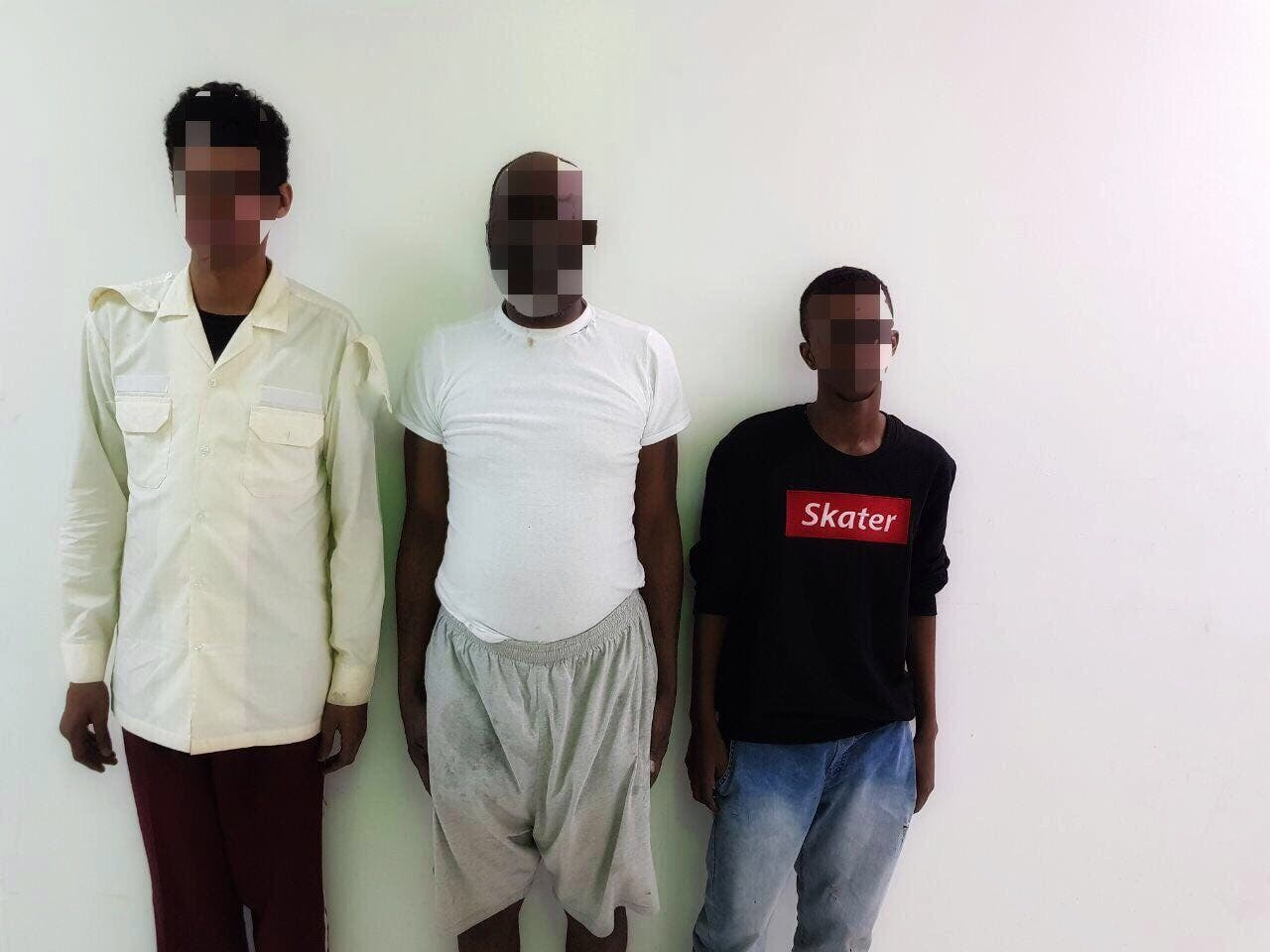 المتهمون الثلاثة بعد القبض عليهم
