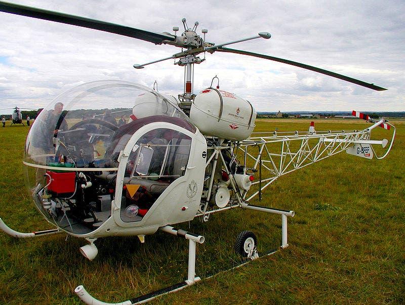 المروحية بيل 47 التي تم بناؤها عام 1964 بقمرة قيادة بشكل فقاعة صابون كاملة