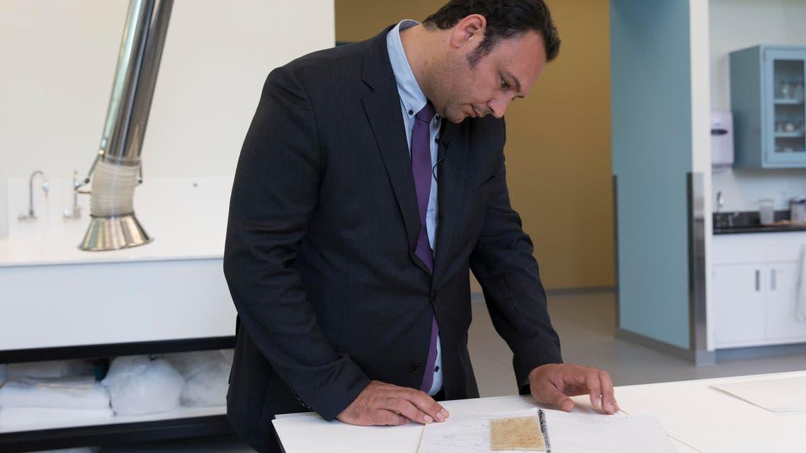 المعتقل السابق منصور عمري الذي هرب 5 قطع قماش حملت أسماء 82 معتقلا في سجون النظام السوري