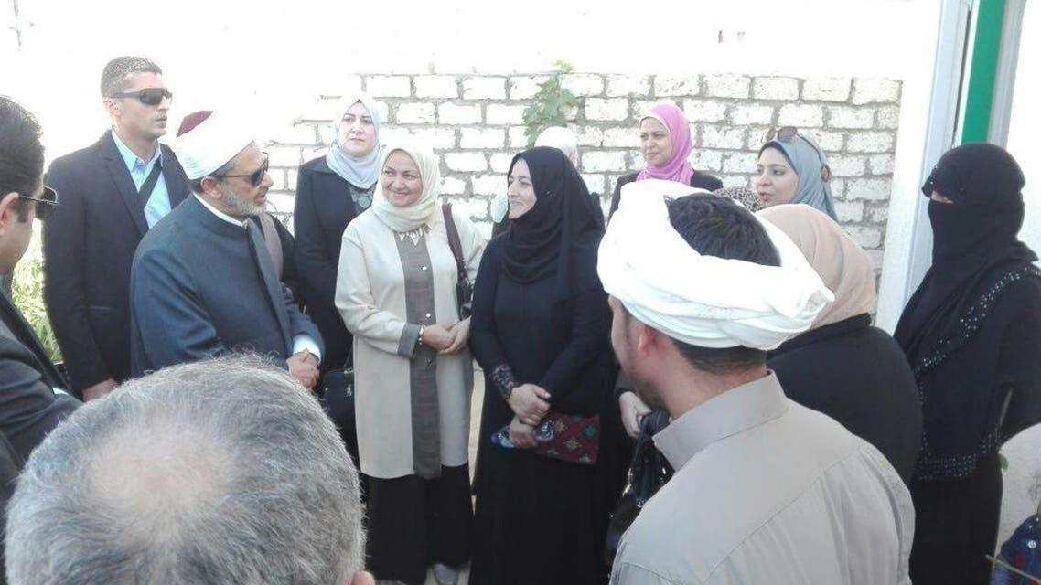 الدكتور أحمد الطيب خلال زيارته لذوي ضحايا مجزرة مسجد الروضة