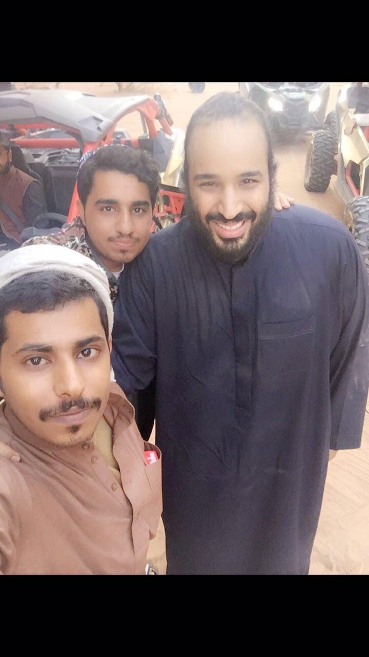 محمد بن سلمان مع شباب سعودين