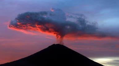 """رماد بركان """"بالي"""" يقلص فرص إجلاء السياح العالقين"""