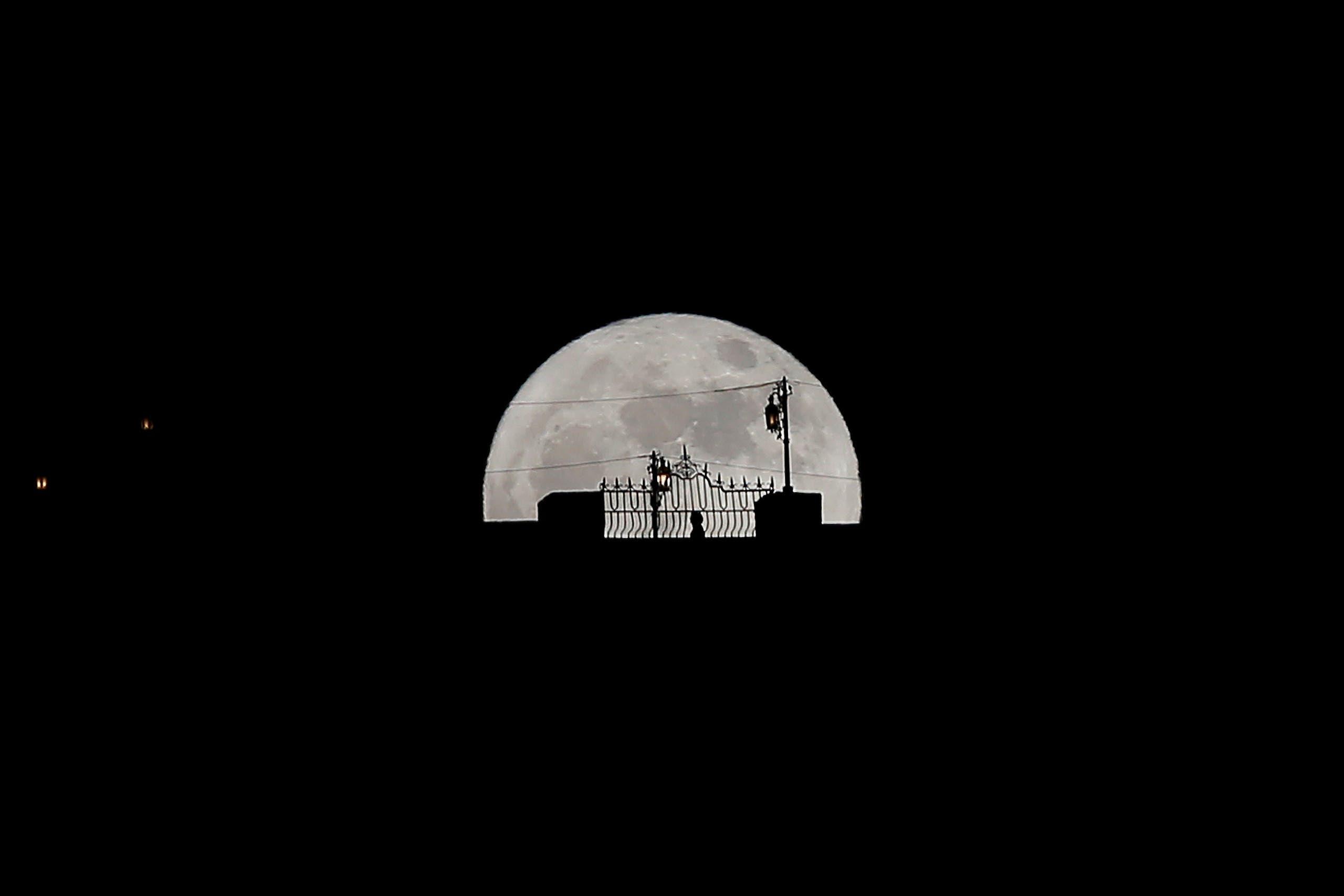 رصد القمر العملاق في سماء إسبانيا