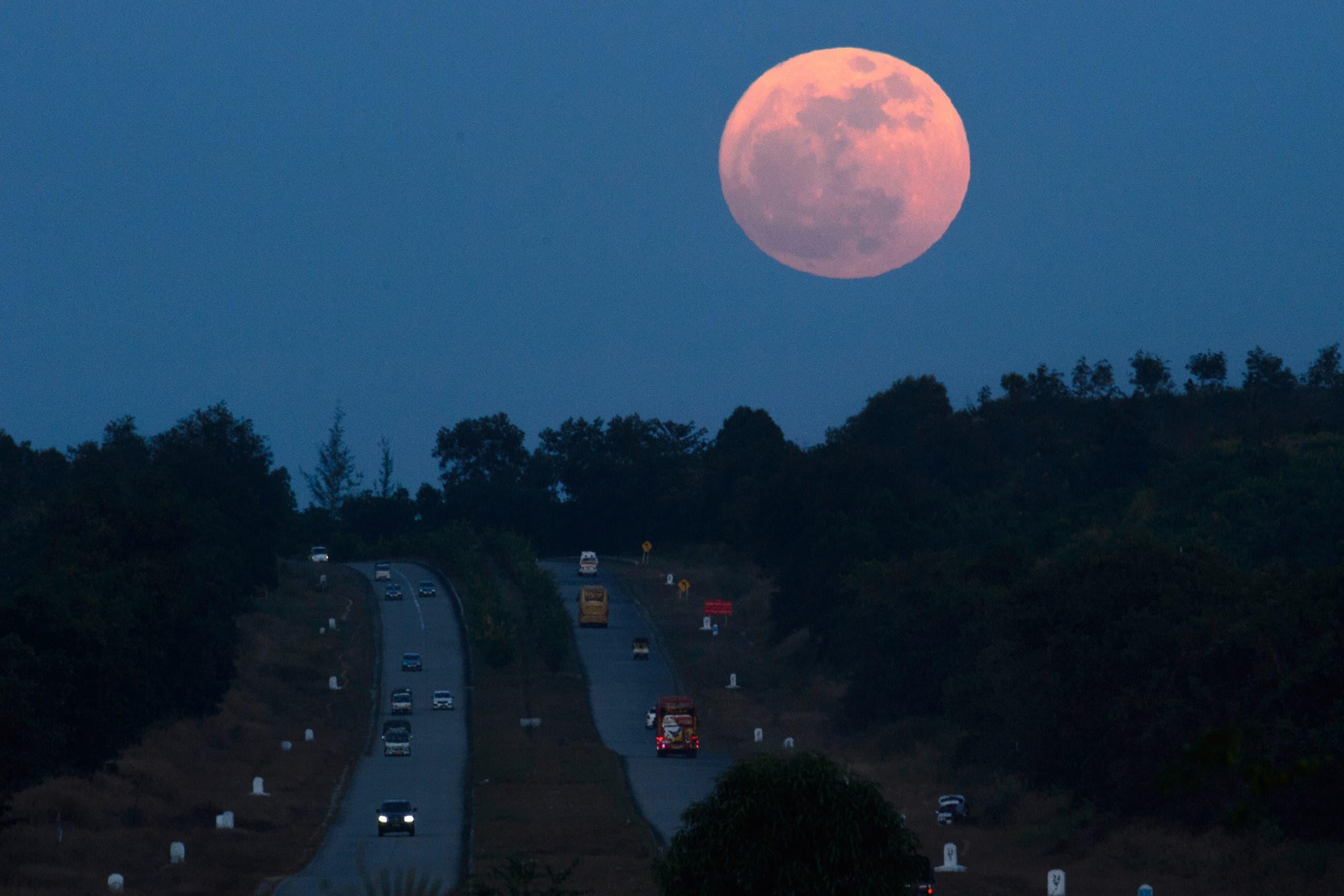 القمر العملاق في سماء بورما