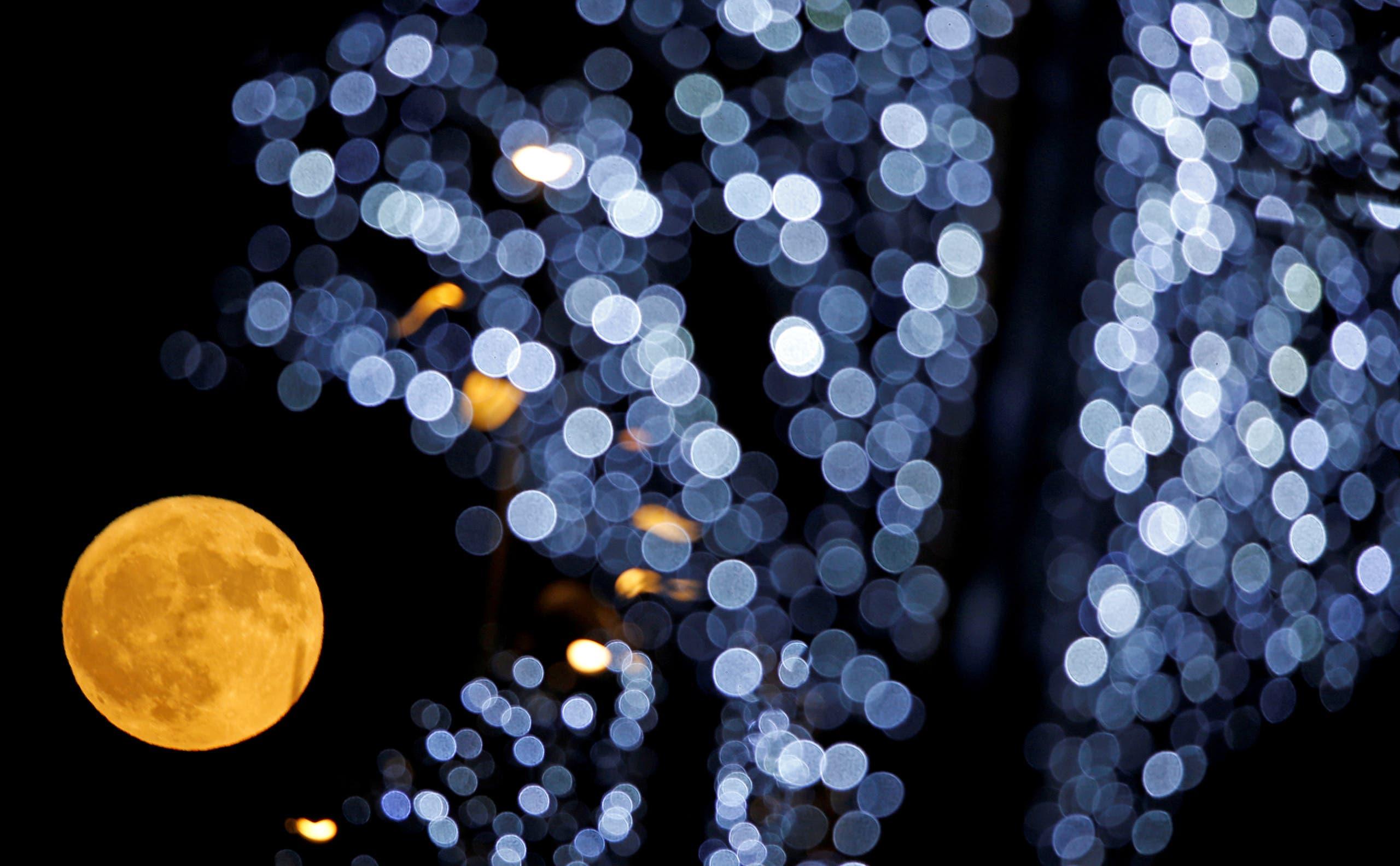 القمر العملاق في سماء مرسيليا بجنوب فرنسا