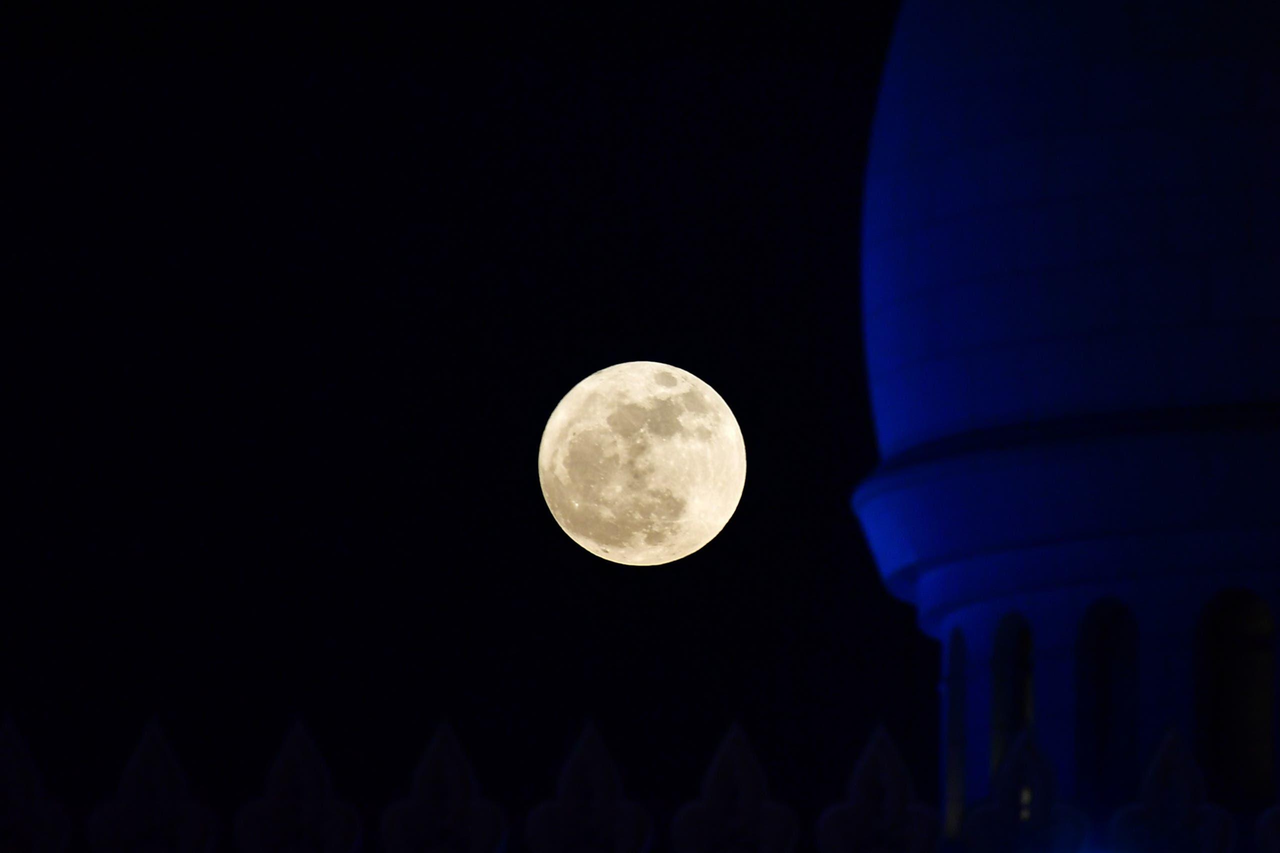 القمر العملاق في سماء أبو ظبي فوق مسجد الشيخ زايد